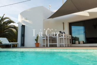 Modern detached house on the outskirts of Moraira with air conditioning.